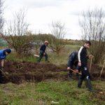 Foto: Monika Kröber - für das Fundament der Trockenmauer wird ausgegraben